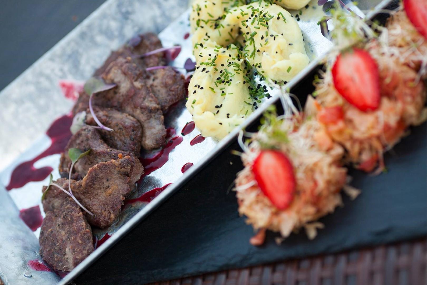 Wykwintna potrawa mięsna podana na półmisku