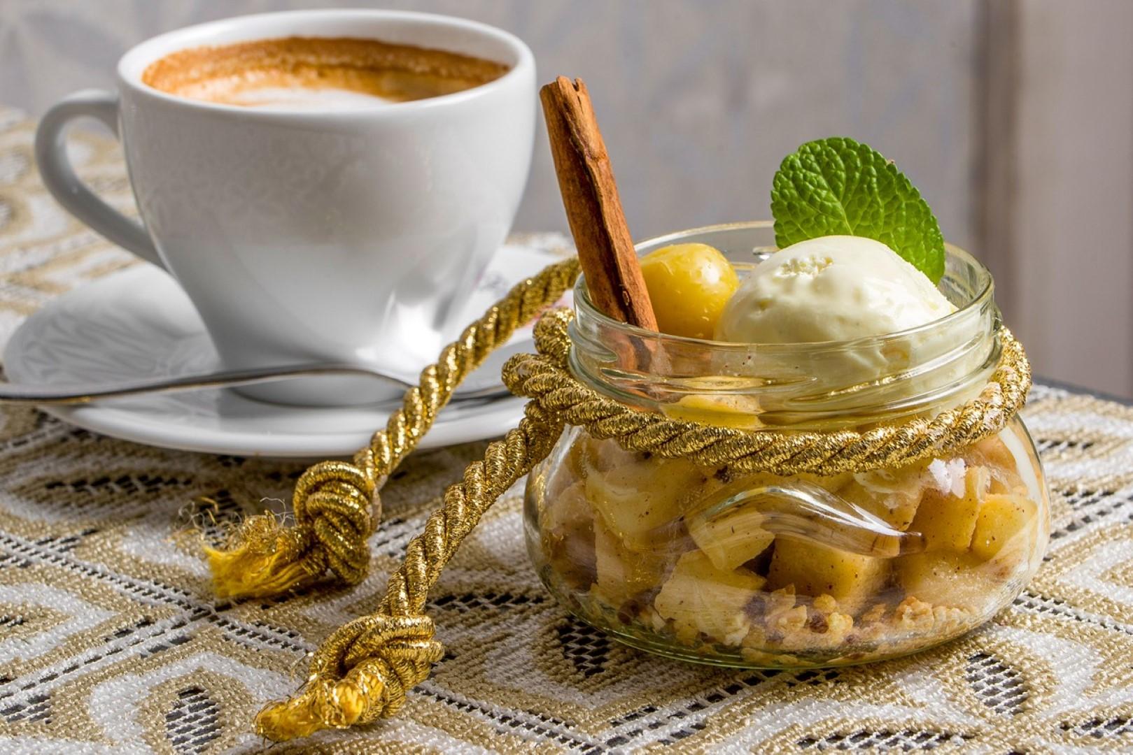 Filiżanka kawy i deser w szkalnym naczyniu