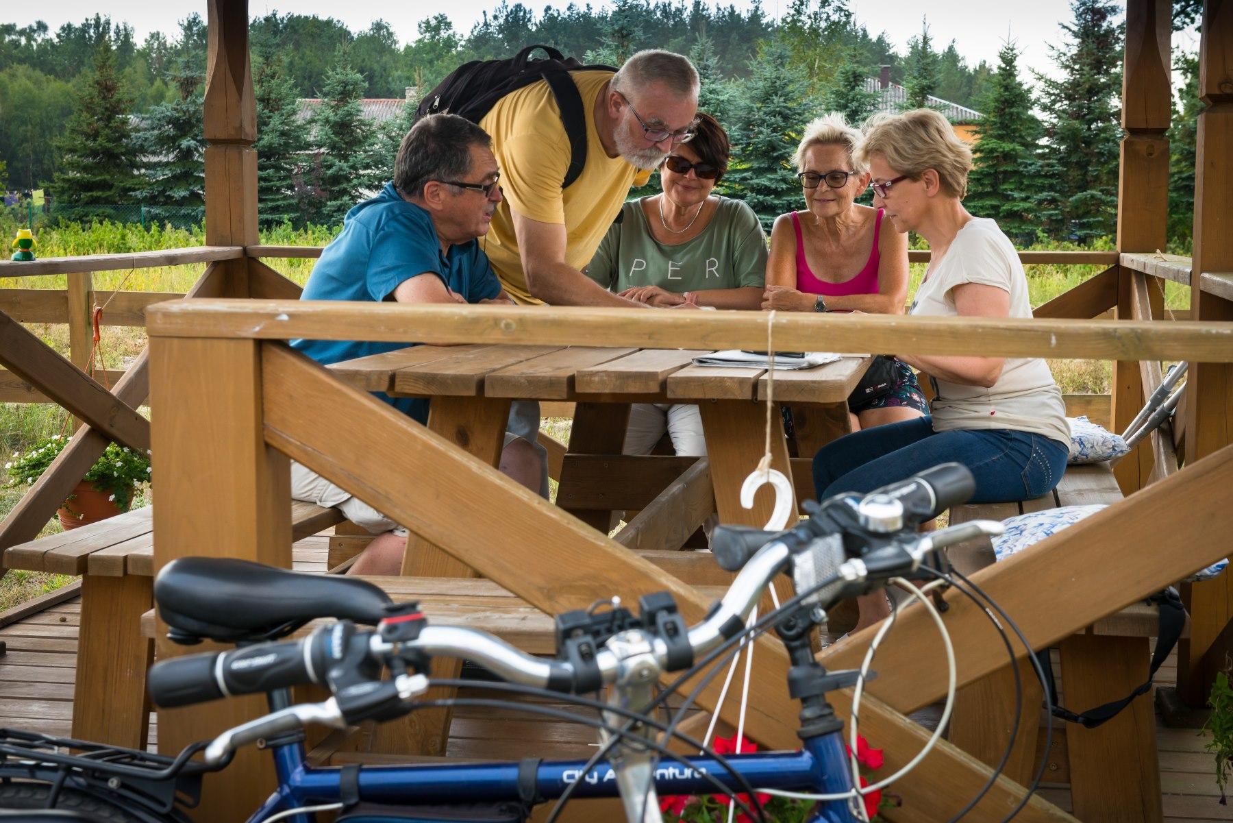 Osoby w średnim wieku oglądają mapę i planują podróż