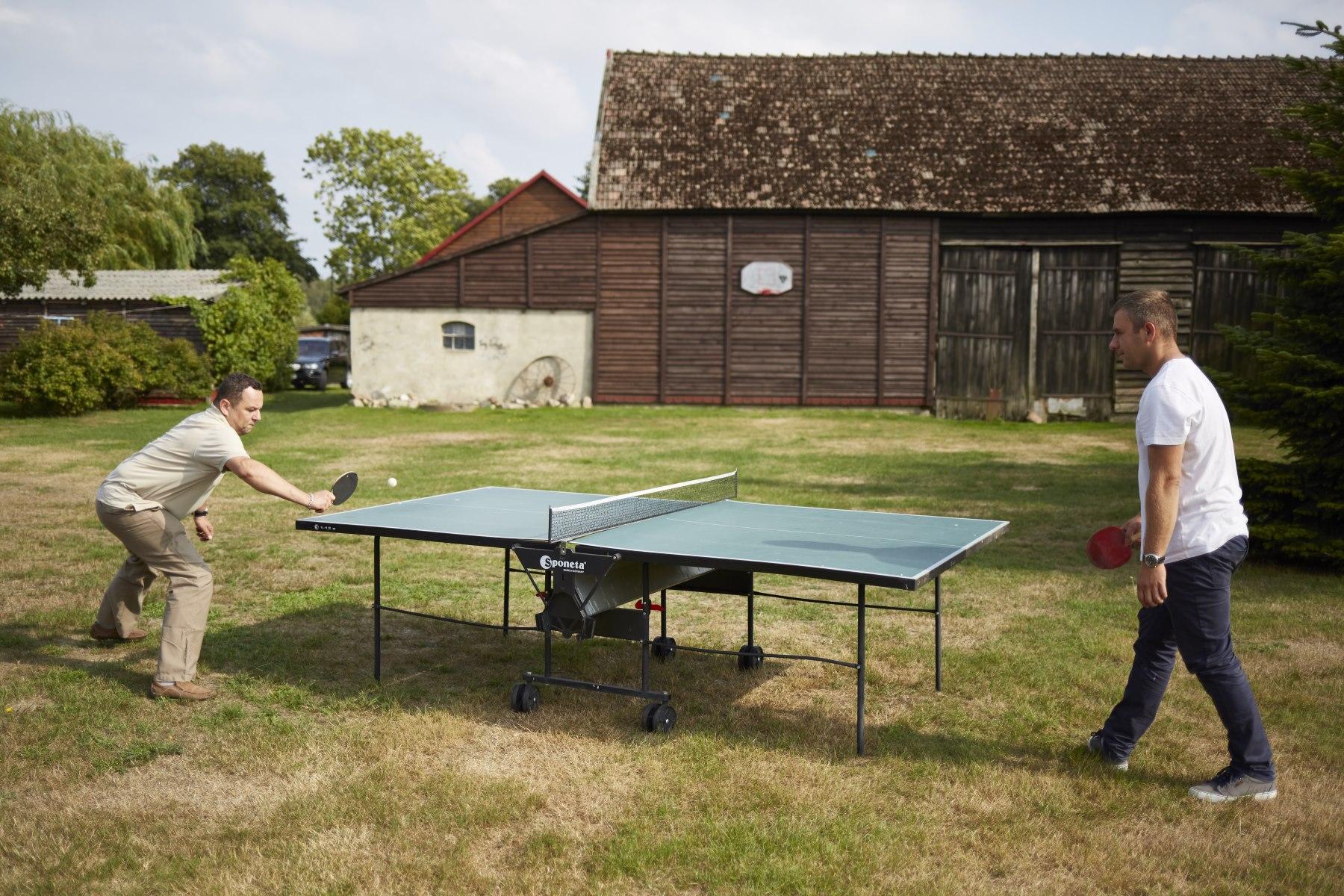 Mężczyźni grają w tenisa stołowego