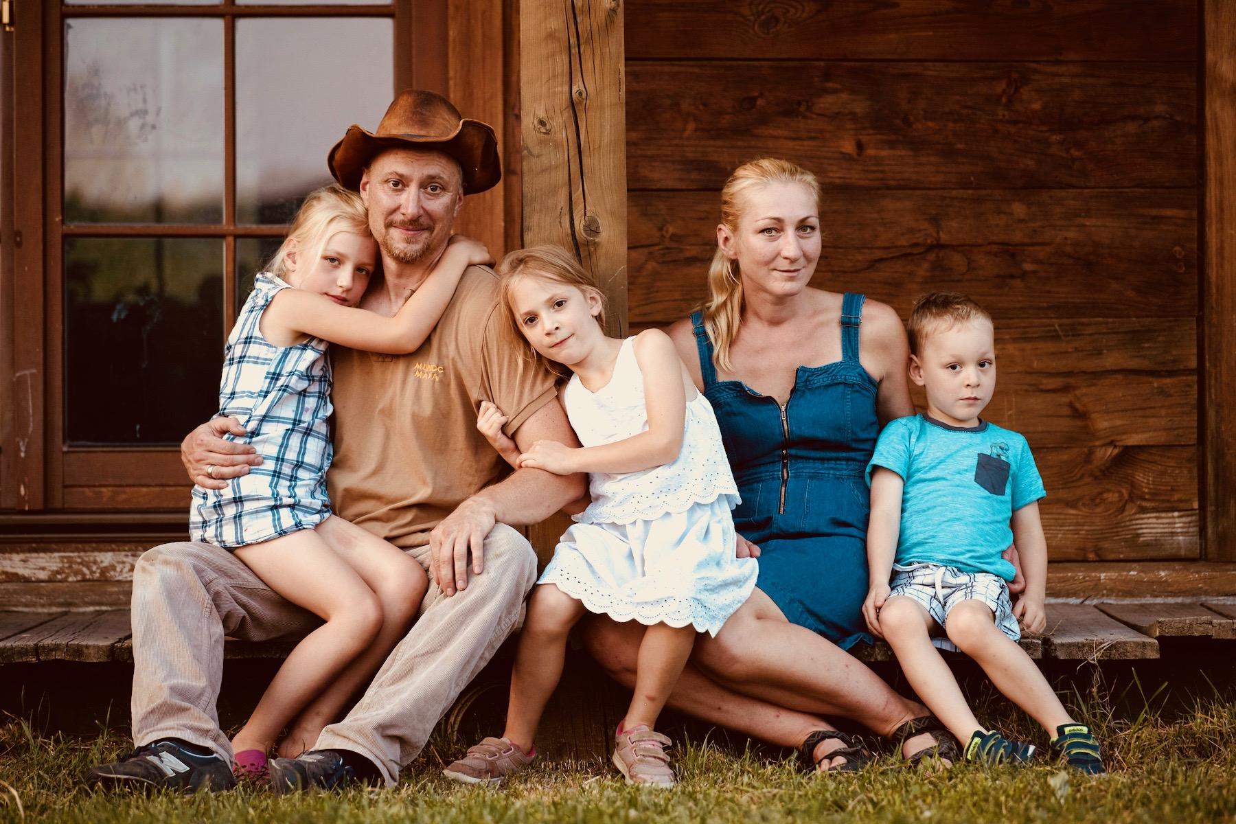 Barbara i Bartosz Idczakowie z dziećmi - właściciele Lawendowej Osady