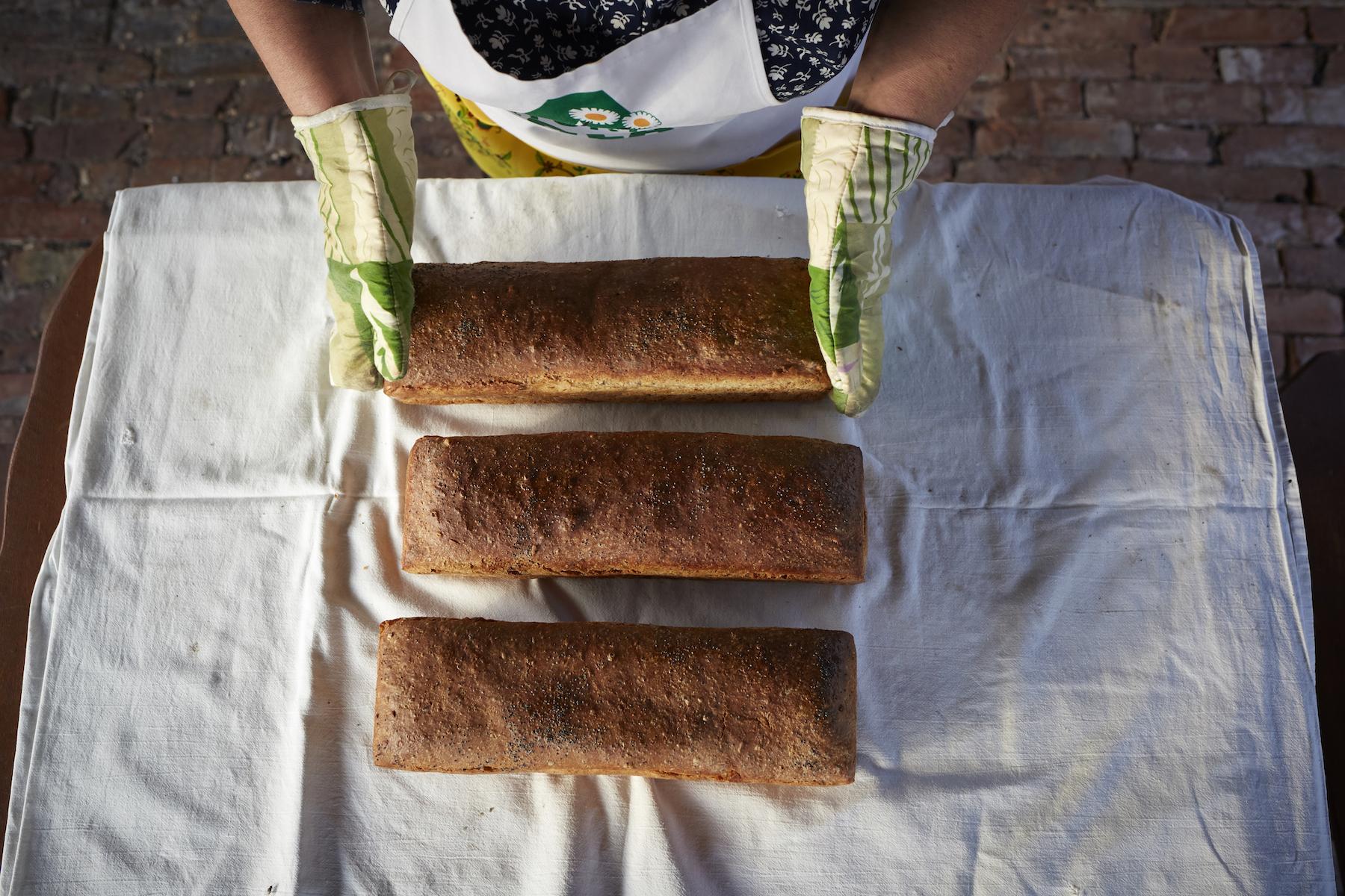 Trzy bochenki chleba na stole