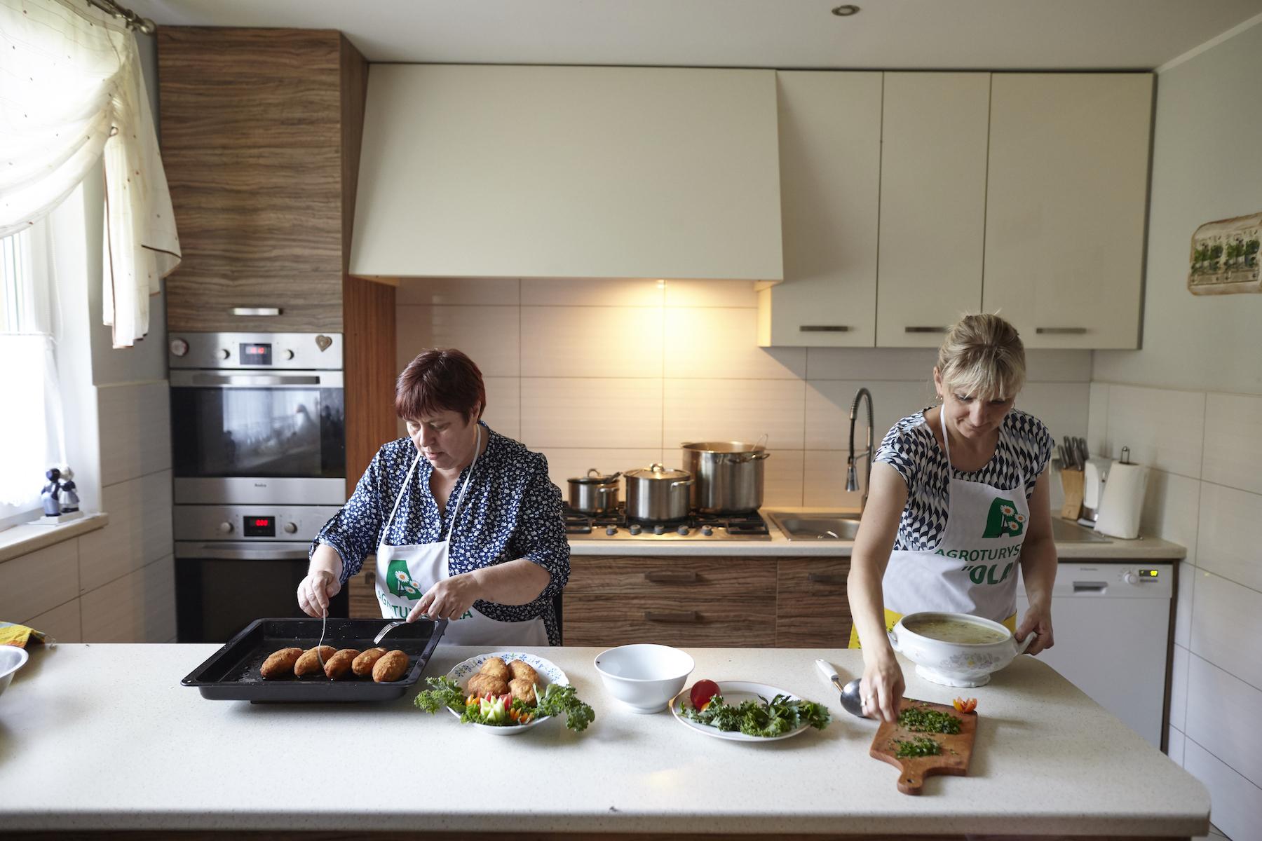 Kobiety przygotowują domowy obiad dla gości