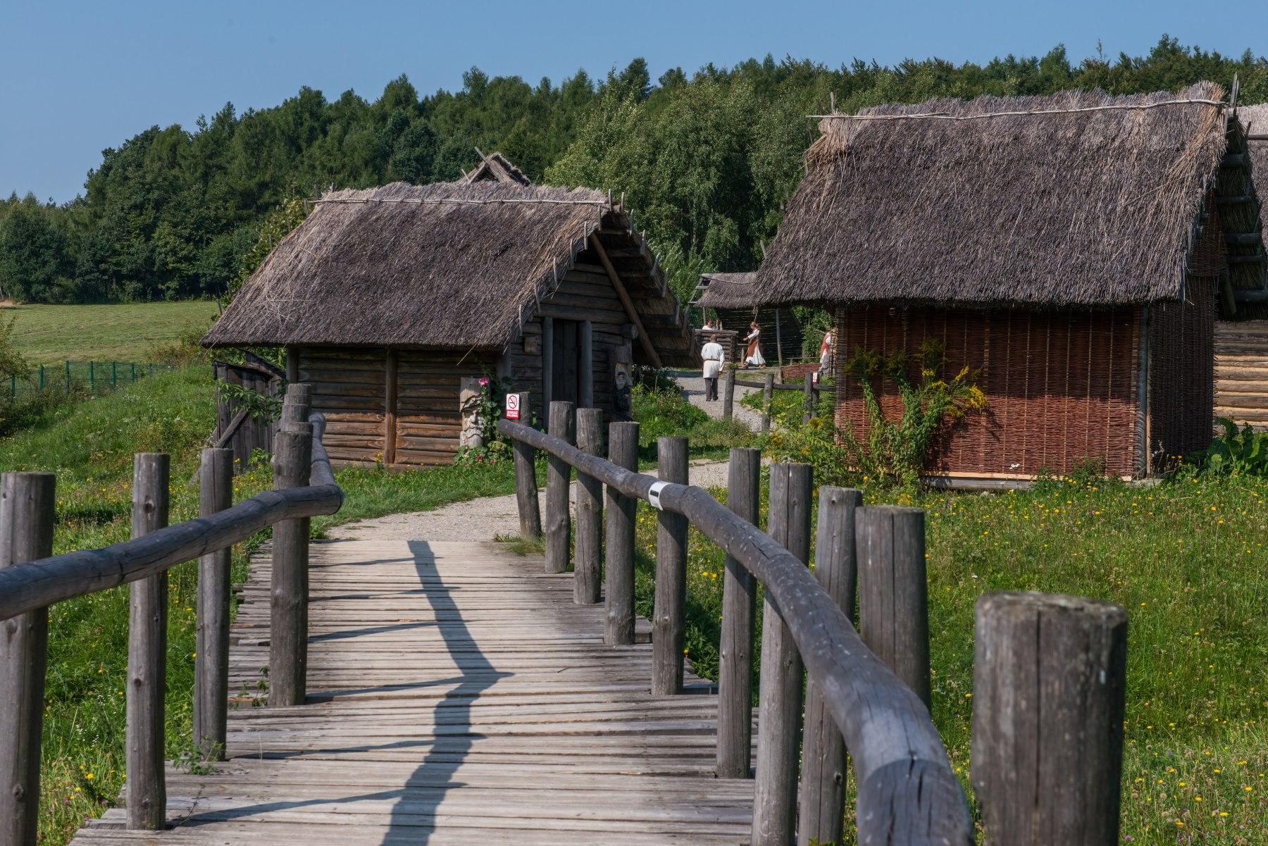 Osada średniowieczna - drewniane chaty kryte słomą
