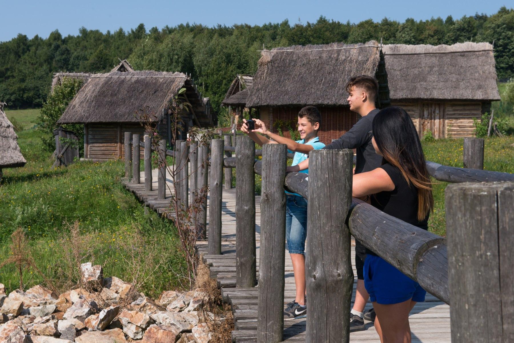 Młodzi ludzie na drewnianym moście