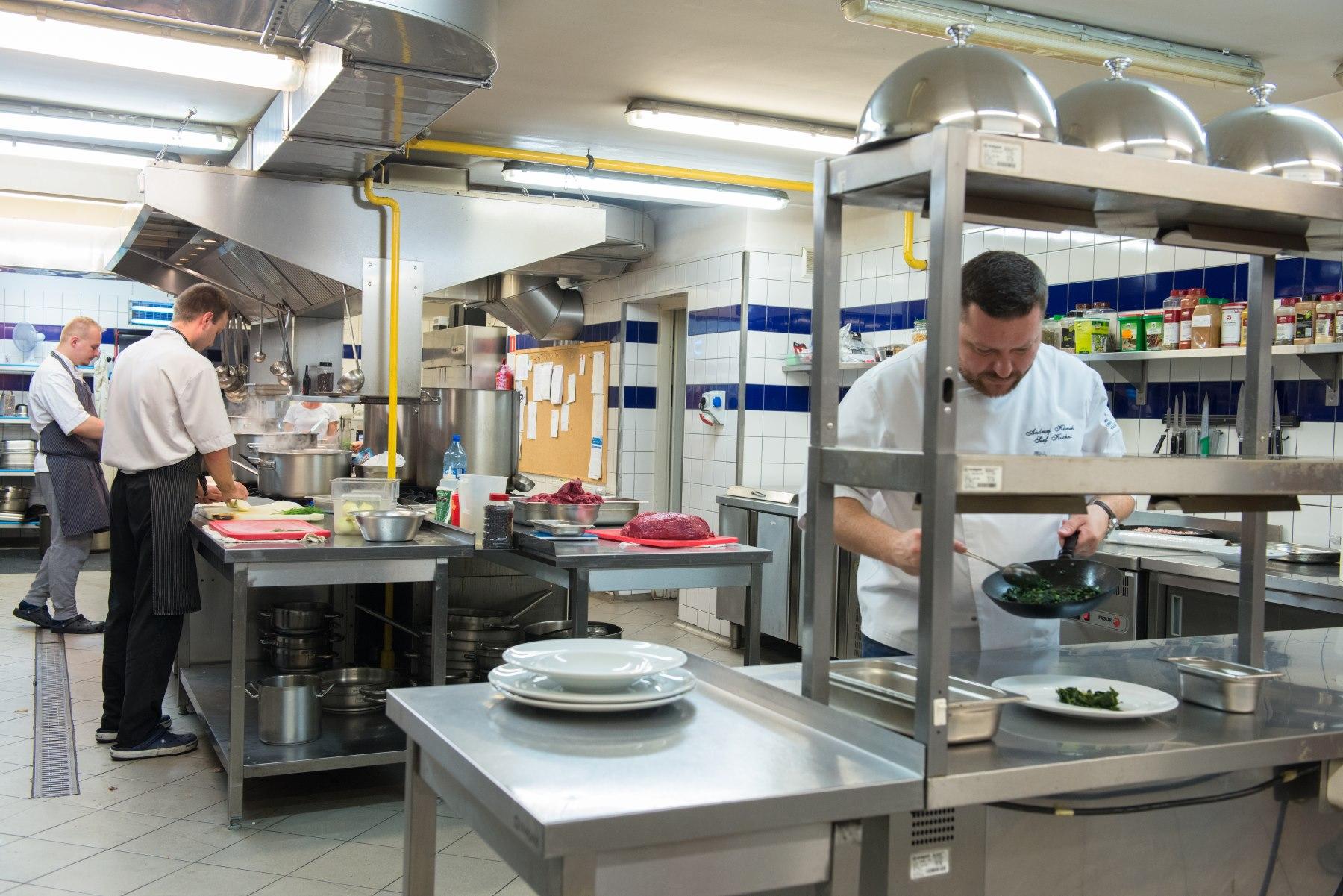 Kucharze pracują w dużej kuchni