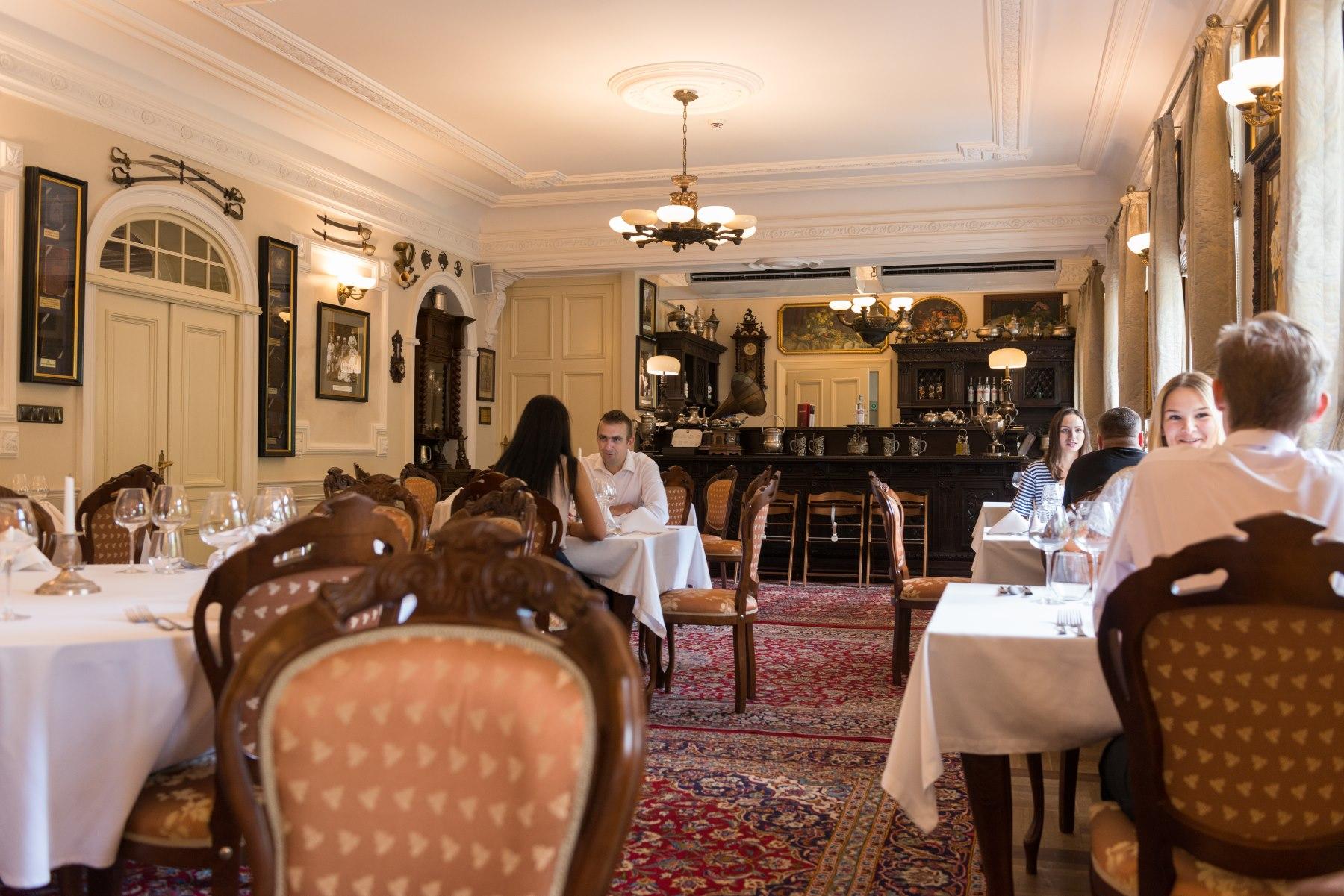 Wnętrze stylowej restauracji w Pałacu Tłokinia