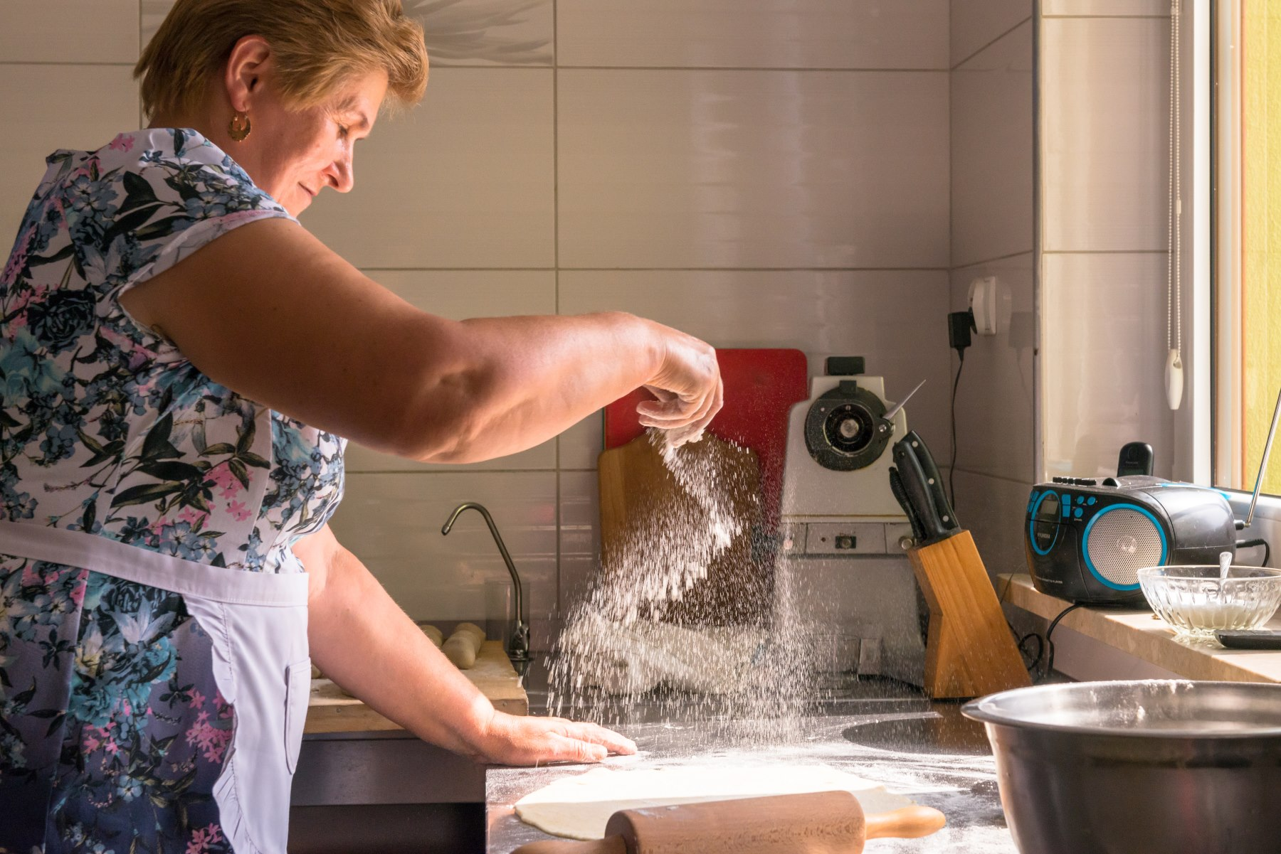 Kobieta przygotowująca ciasto