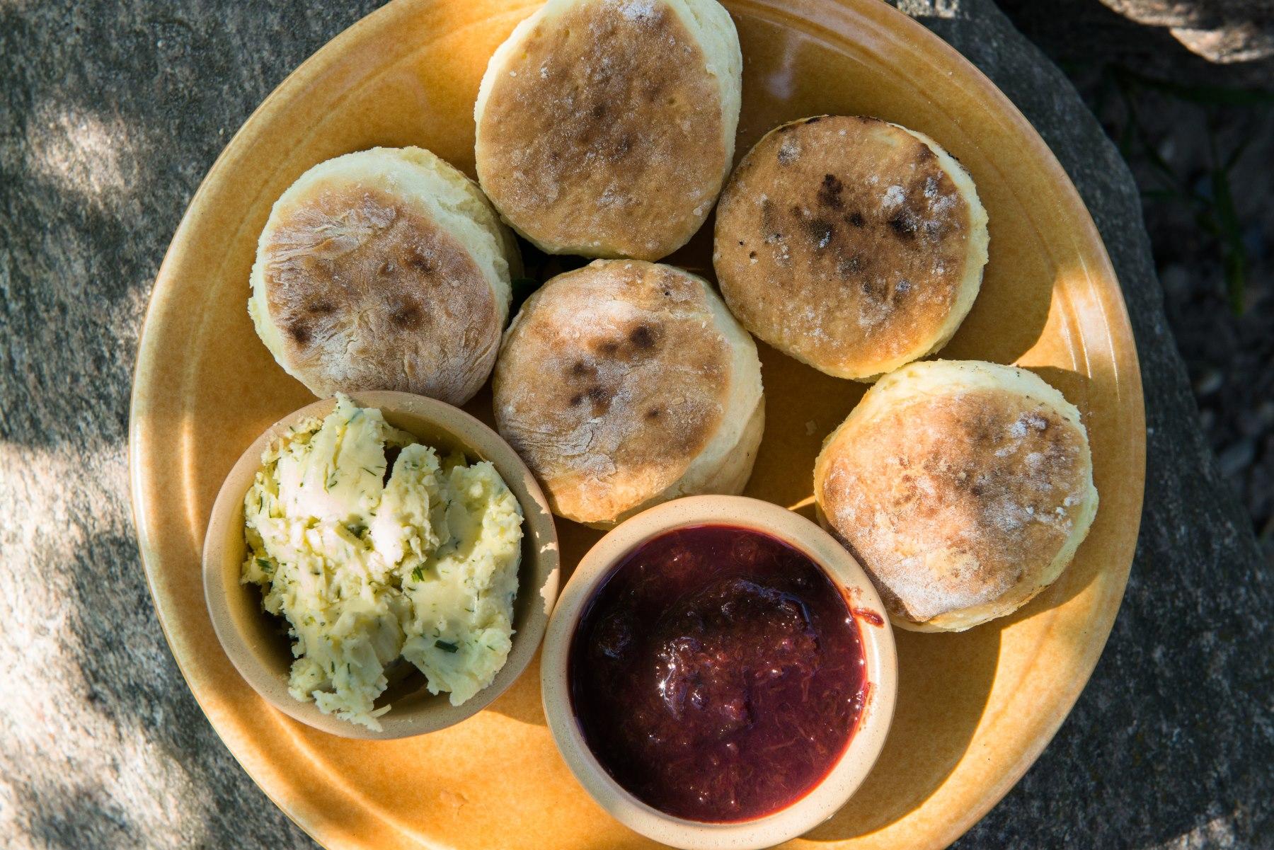 Regionalne danie proziaki - bułeczki i sosy na talerzu