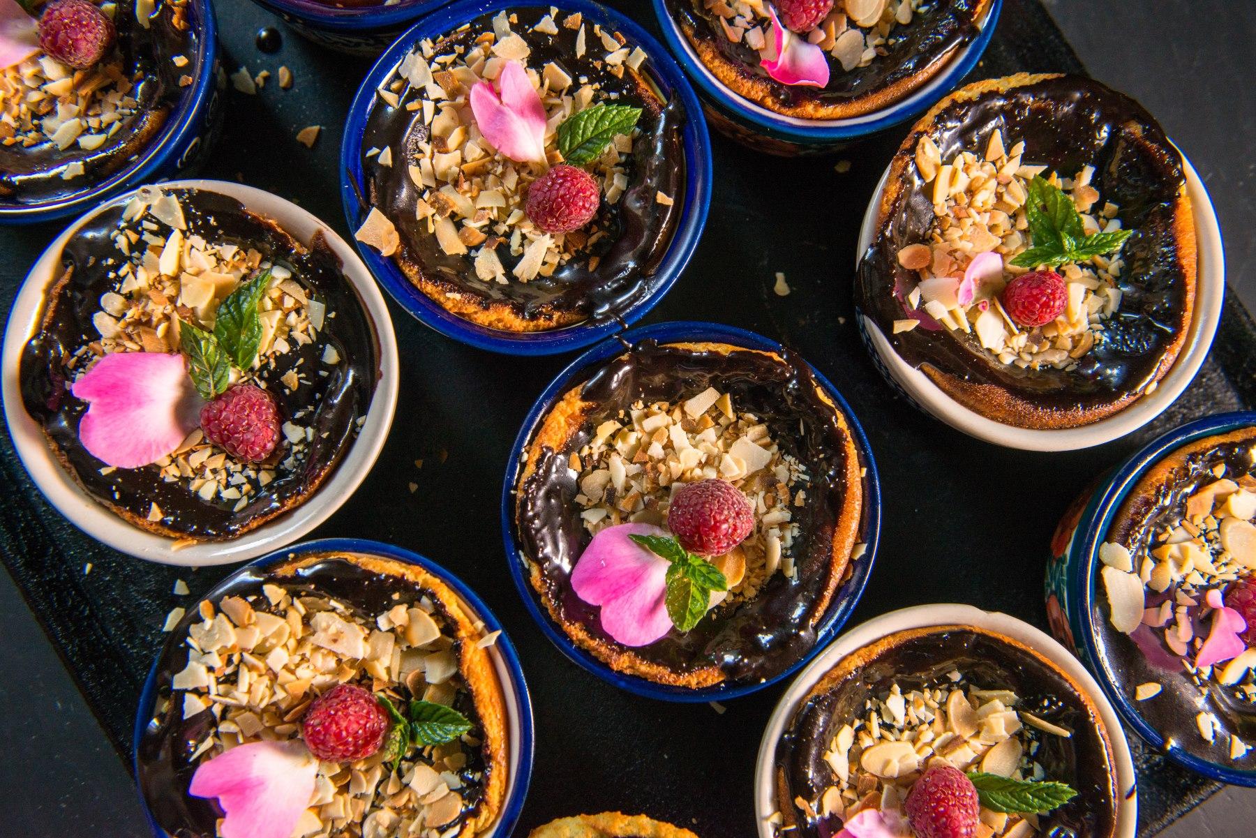 Kolorowe desery w kamionkowych naczyniach