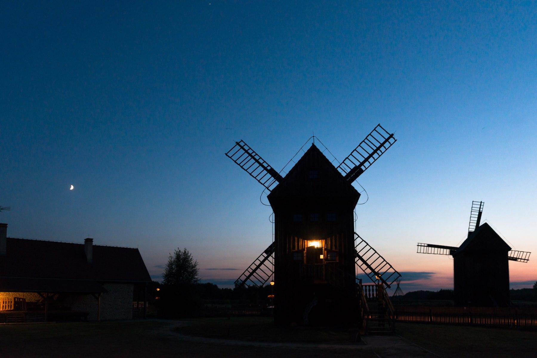 Drewniany wiatrak o zachodzie słońca
