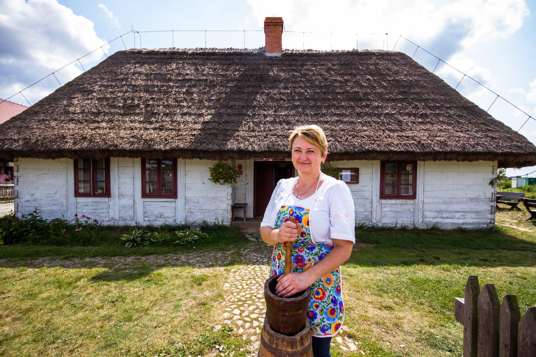 Kobieta z kierzynka do wyrabiania masła