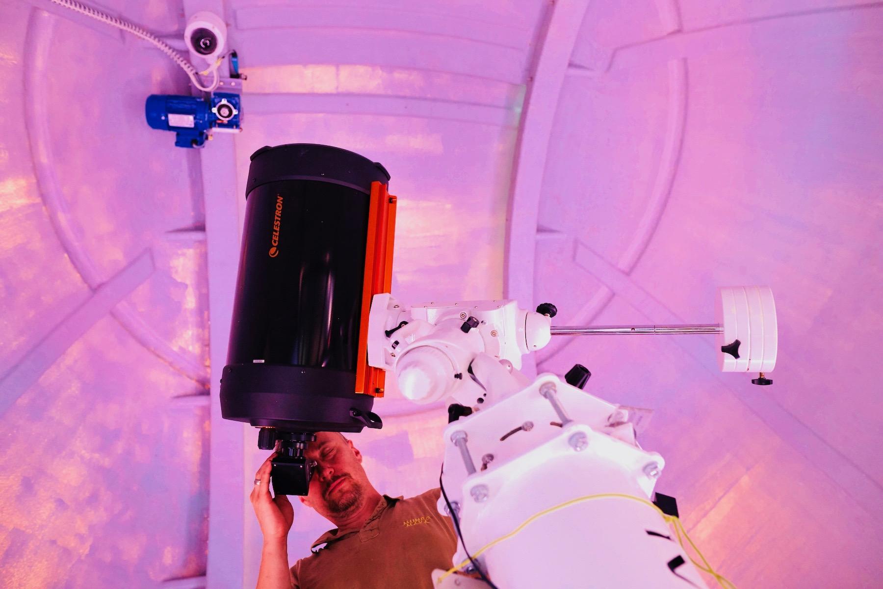 Mężczyzna obserwuje gwiazdy w profesjonalnym obserwatorium