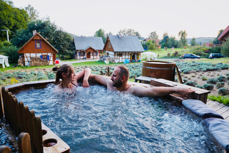 Mężczyzna z kobietą biorą kąpiel w jacuzzi